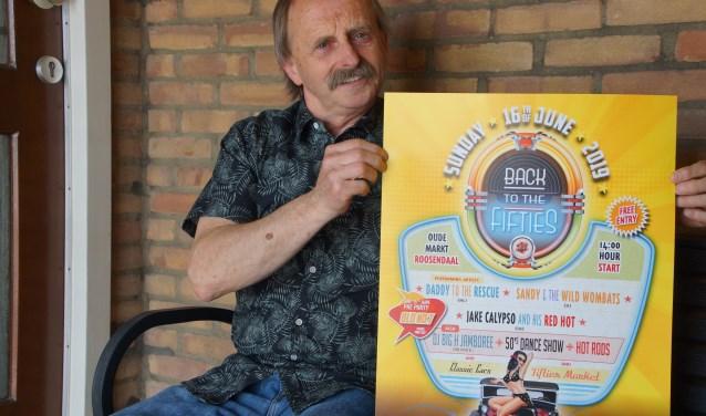 Corné Rossen toont het affiche van het Retro Back to the Fifties-evenement 2019. FOTO RENÉ BRUIJNINCX