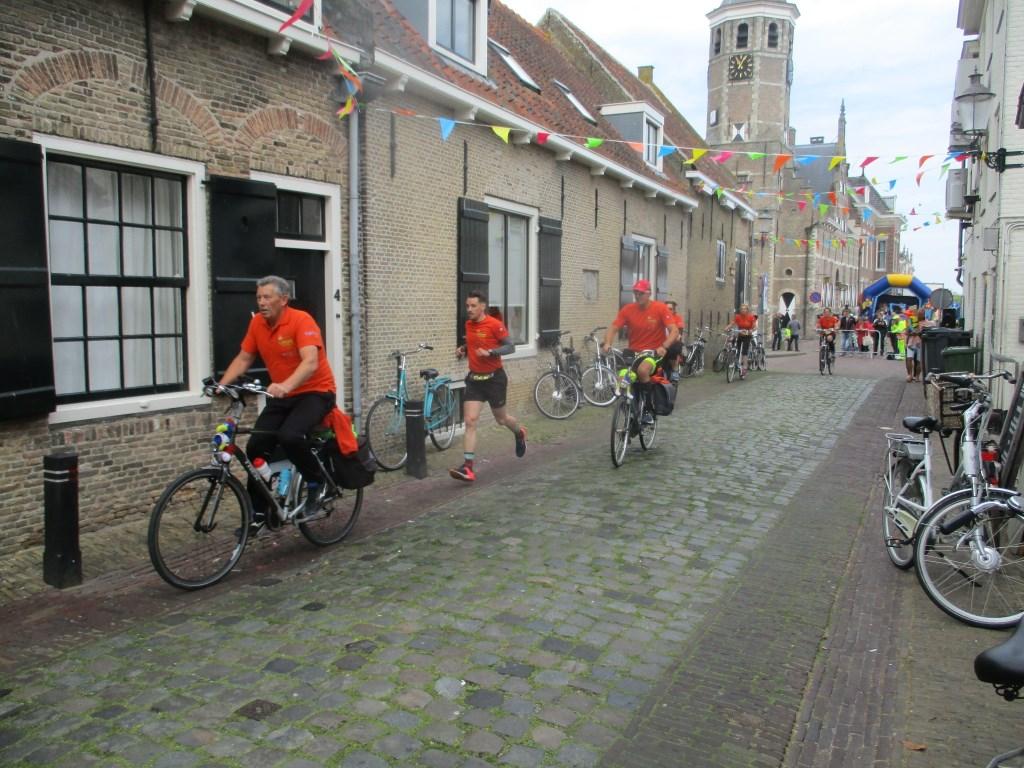 Heel Willemstad liep uit voor de doorkomst van de Roparun Foto: Ties Steehouwer © Internetbode