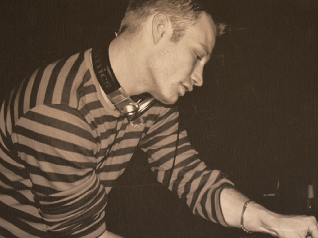 Martin de Waal als beginnend dj. FOTO JEFFREY HAGE   © Internetbode