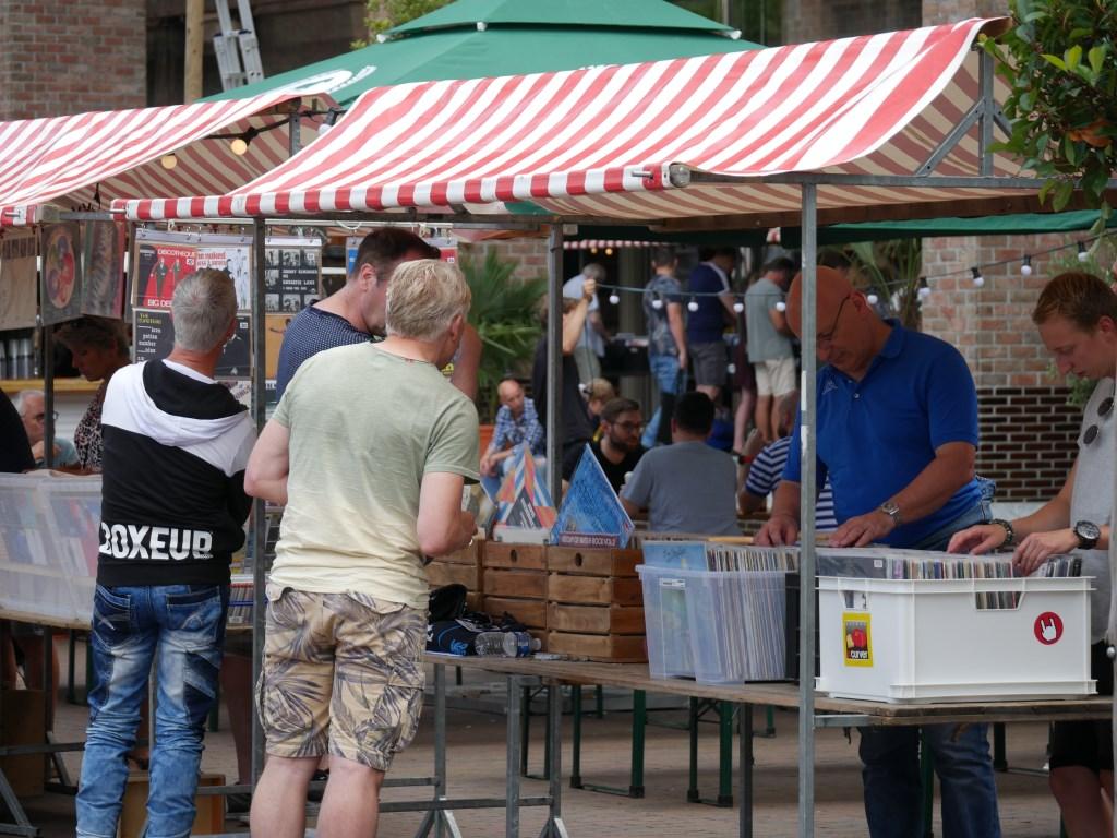 Platenliefhebbers konden hun hart ophalen op het station.  Foto: Wesley van der Linde/GroenNieuws.nl © BredaVandaag