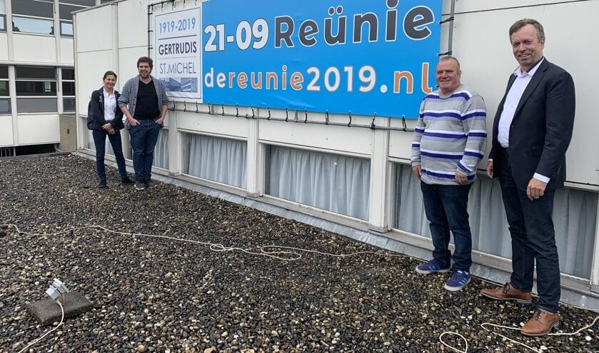 Harry Meijers, Bram van Arendonk, Jean Pierre Luijkx en Dolly Tuenter werken samen met twee oud-leerlingen hard aan de voorbereidingen voor de reünie FOTO REMKO VERMUNT