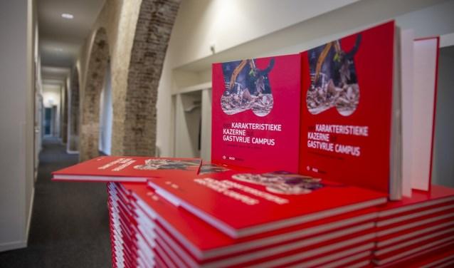 Het boek, door Jorgen Janssens, over de geschiedenis van het terrein, het hele renovatie en restauratie traject en over de rooi pannen als scholengemeenschap. Jorgen Janssens/StadsFotograaf Breda © BredaVandaag