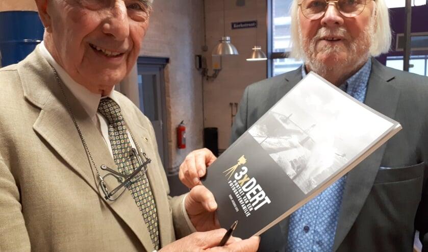 Hans Dert (l) en Jacques Cats met het nieuwe boek.