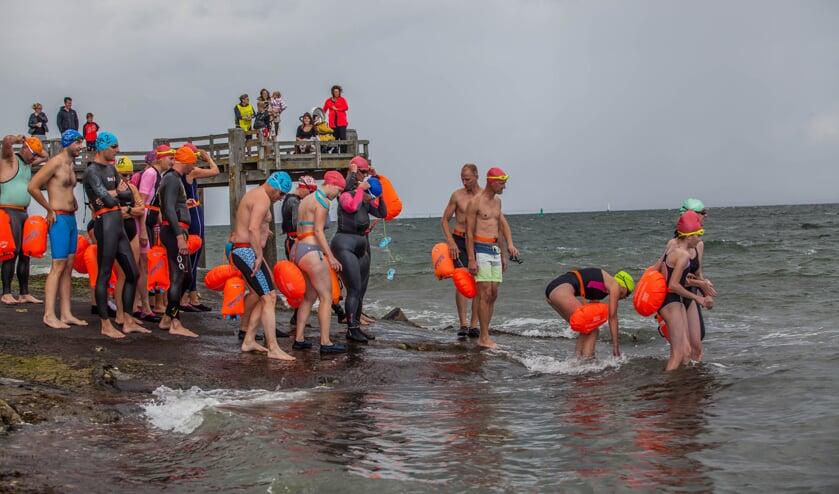 De deelnemers gaan rond 14:00 in Stavenisse te water.
