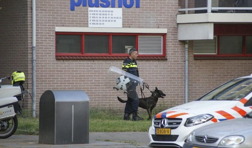Zes politievoertuigen, waaronder een hondengeleider, kwamen ter plekke.