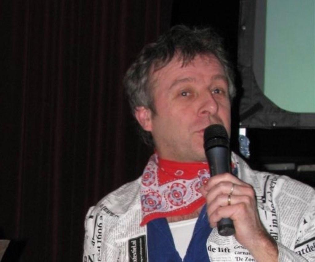 Wim onafscheidelijk van een microfoon, hier bij 't Gastels Dicteej in 2010    FOTO VAZ Foto: Archief VAZ © Internetbode