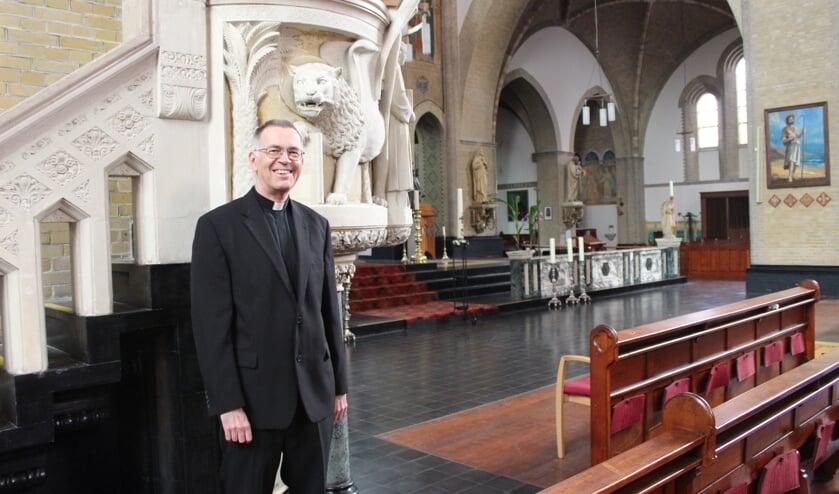 Pastoor Hans de Kort in de grote Gummaruskerk van Steenbergen die tot de Sint Annaparochie zal blijven behoren.