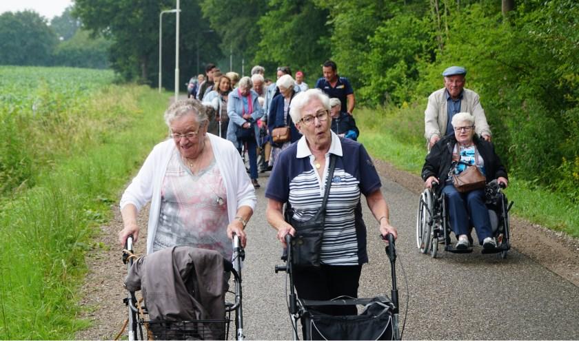 Wandeling met oudere mensen die wonen in de Brink en met mensen die het WerkAtelier en Aleco bezoeken