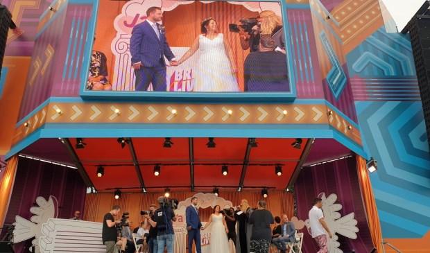 Het stel trouwde op het podium van Breda Live.  Foto: Hanneke Marcelis © BredaVandaag