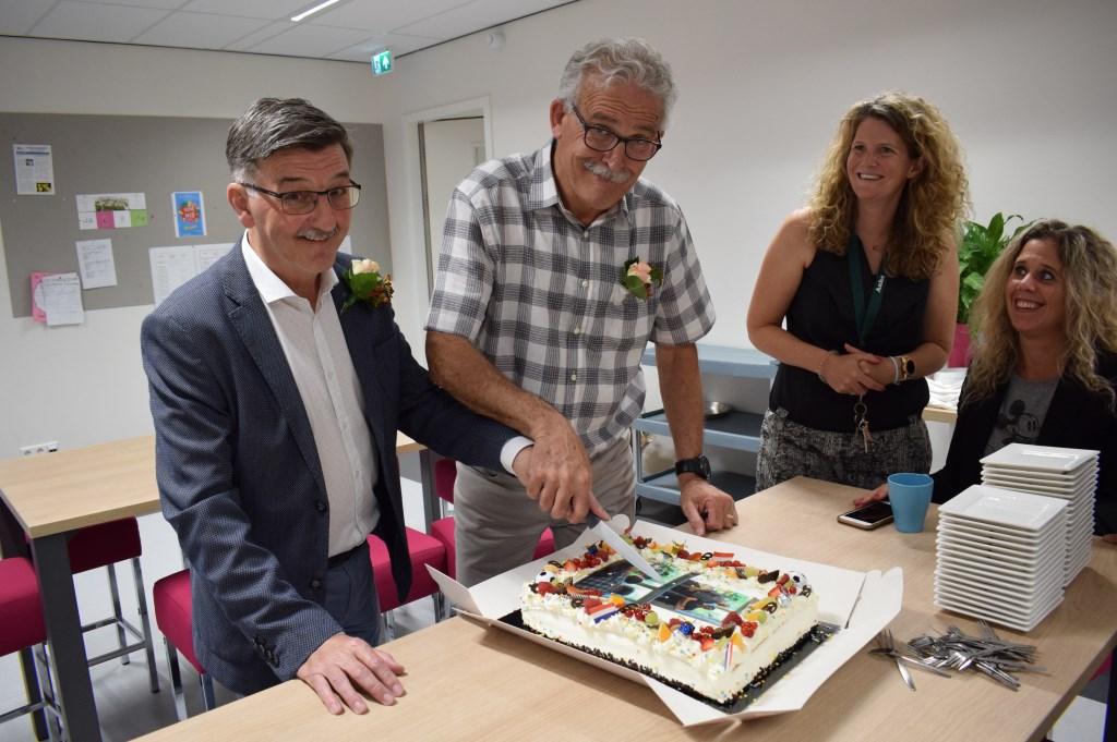 Bij afscheid hoort taart. Ton van Giels (links) en Frans Klijs hanteren samen het mes. FOTO STELLA MARIJNISSEN Foto: Stella Marijnissen © Internetbode