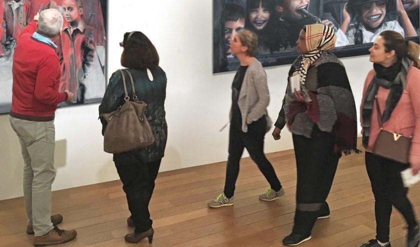 Uitleg tijdens een van de exposities van Onnink. FOTO H. MEIJER