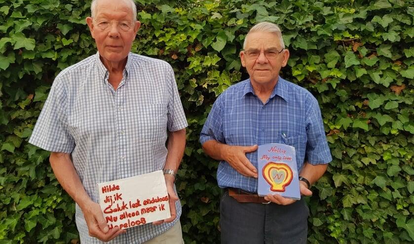 Henk Oosterling (links) en Van Aart met hun zelfgemaakte kleimonumentjes voor hun overleden partners.