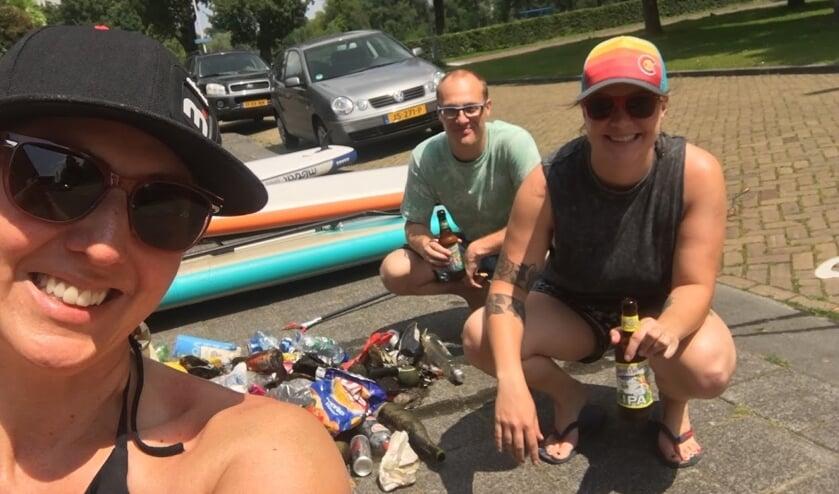 Kristina (links) maakt al suppend de Singels schoon