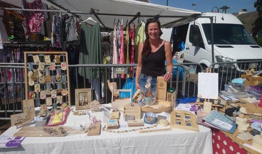 Lianne van de Kooy met haar mooie zelfgemaakte spulletjes.