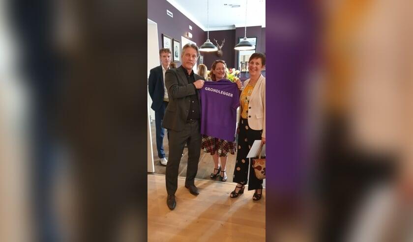 Jan Verbaal ontving uit handen van de directie van De MARQ een uniek polo-shirt als afscheidscadeau. FOTO DE MARQ