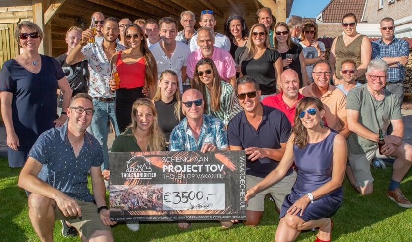 Maar liefst 3500 euro mochten Joalien Bevelander en Barry de Jong van Project TOV uit handen van de organisatie van de Vrijmibotho ontvangen.
