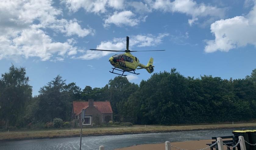 De traumahelikopter landde op een nabijgelegen grasveld.