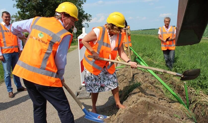 De eerste graafwerkzaamheden worden verricht door Karl Heinz van der Made en wethouder Wilma Baartmans aan de Heense Molenweg.