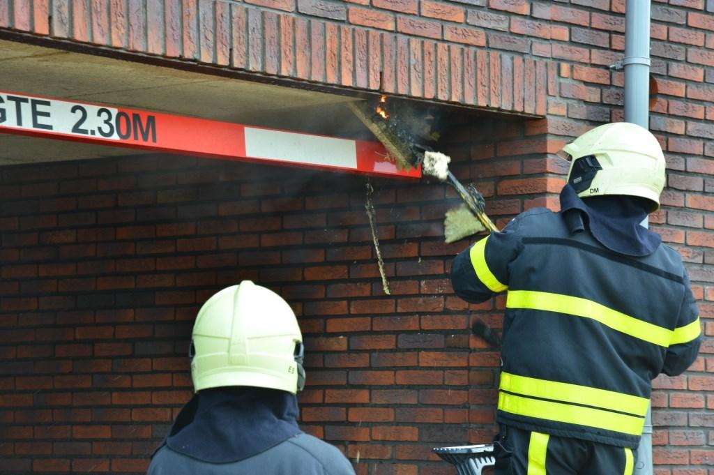 Het dak moet gesloopt worden om bij de vuurhaard te komen.  Foto: Perry Roovers © BredaVandaag