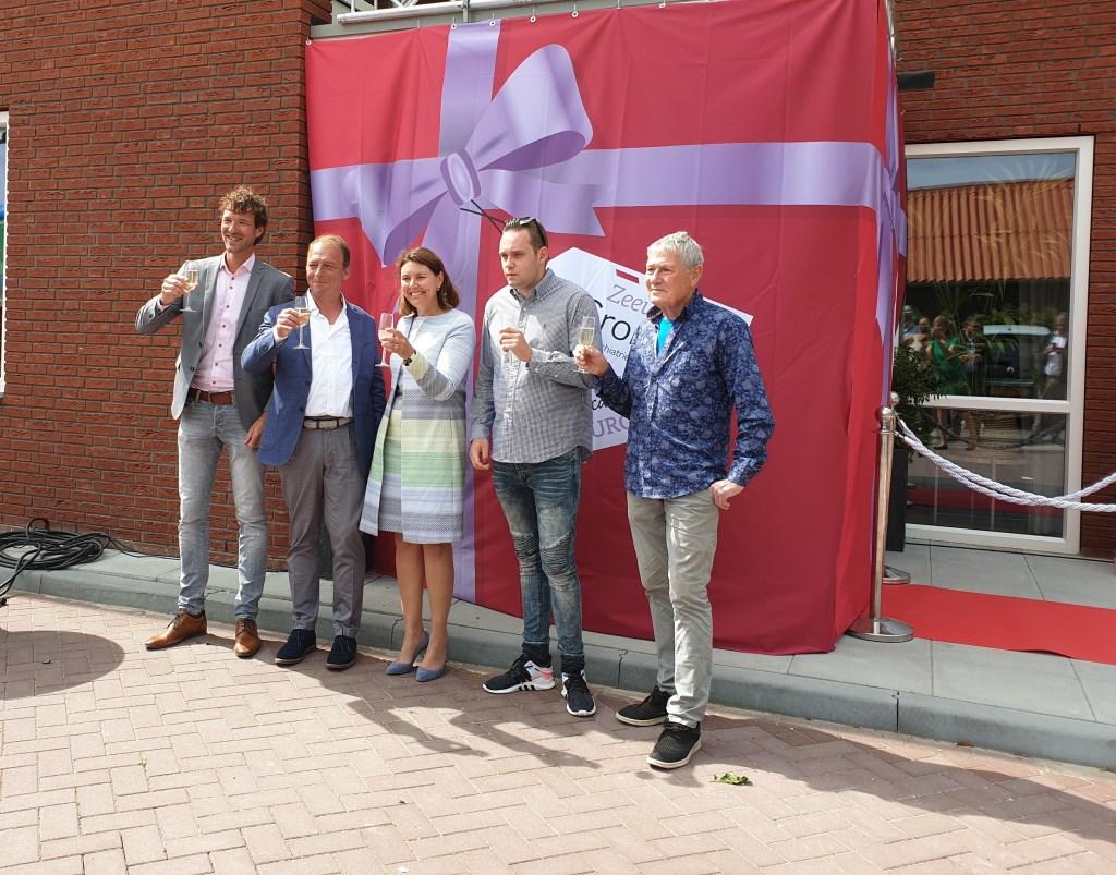 Een feestelijke toast op de opening, met onder meer burgemeester José van Egmond (m) en bewoner Roger Gielen (2e v. r). Foto: Zeeuwse Gronden © Internetbode