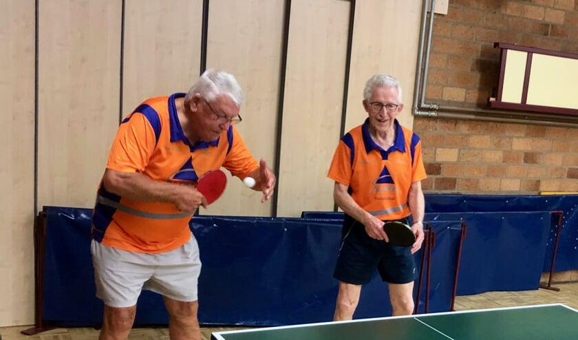 Adrie Buijs (links) en de bijna 90-jarige Piet Lardee spelen elke woensdag hun partijtje mee. Foto: Johan Wagenmakers