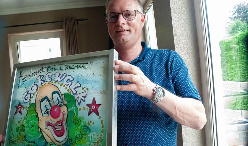 Harry Vergouwen met het presentje voor de familie Reemer.