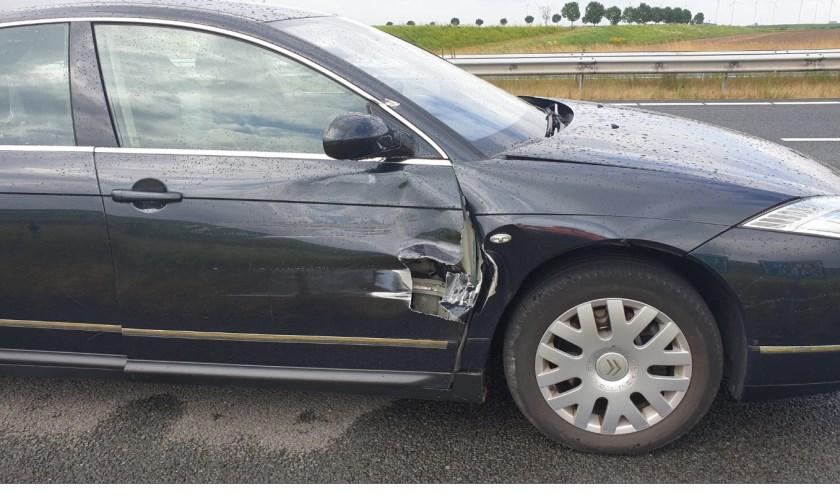 De auto liep schade op.