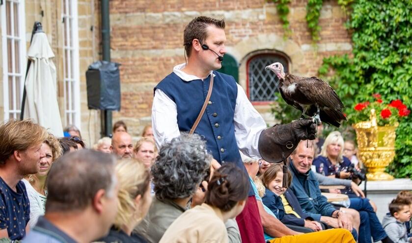 De bezoekers keken hun ogen uit tijdens de middeleeuwse vogelshow.