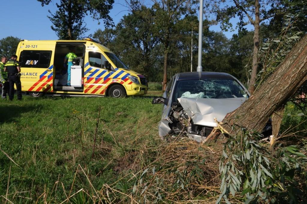 De auto kwam tegen een boom tot stilstand.  Foto: Perry Roovers © BredaVandaag