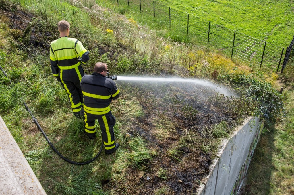 De brandweer had de bermbrand snel onder controle.  Foto: Christian Traets © Internetbode