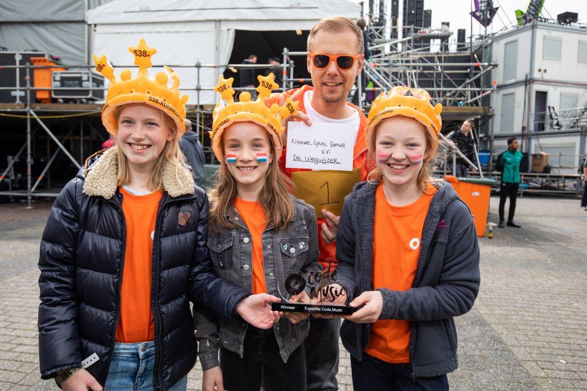 Armin van Buren reikte de prijs voor de eerste editie van Code.music uit aan de winnende school De Wegwijzer.