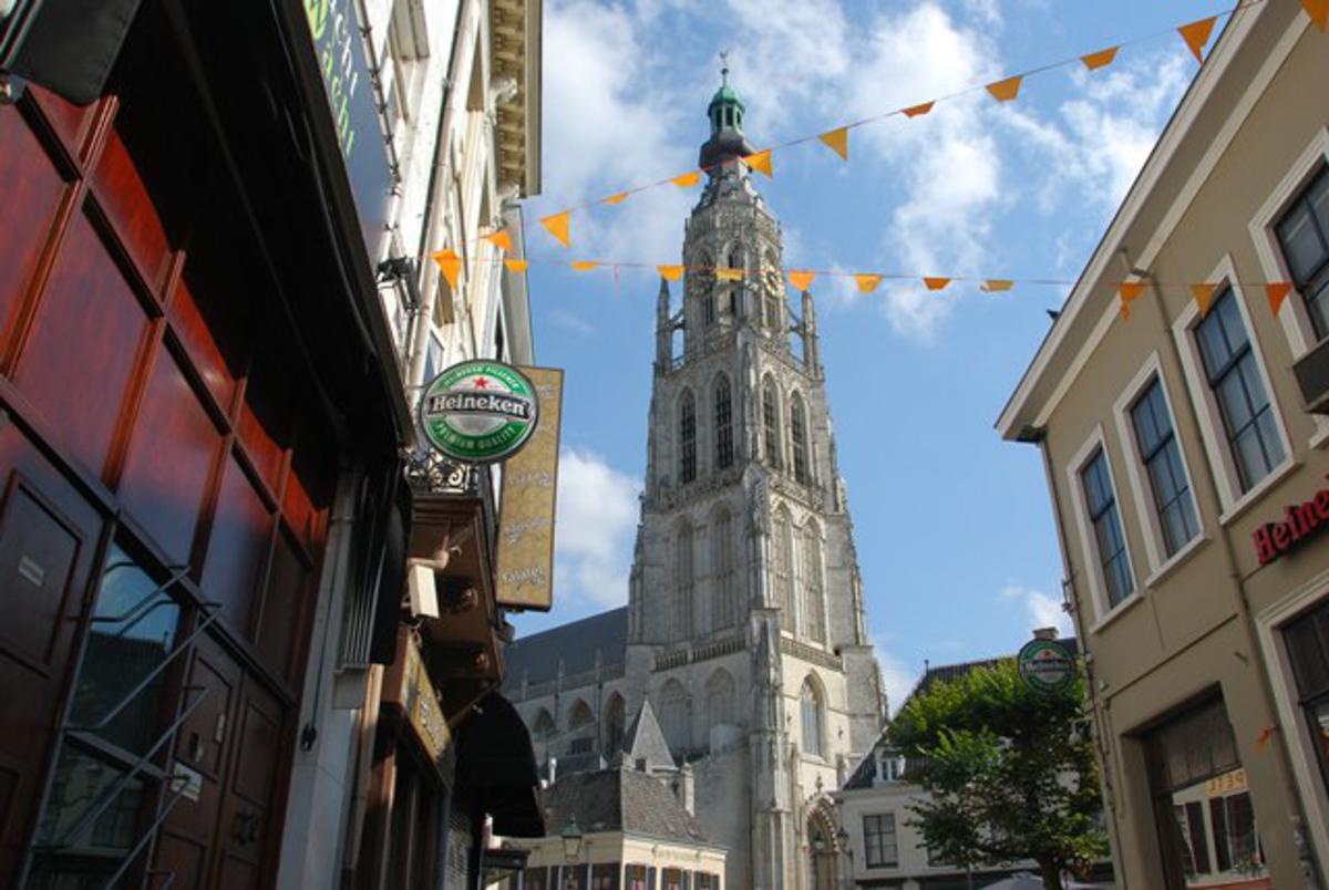 Zonnetje boven de Grote Kerk. Foto: Nico Koevoets.