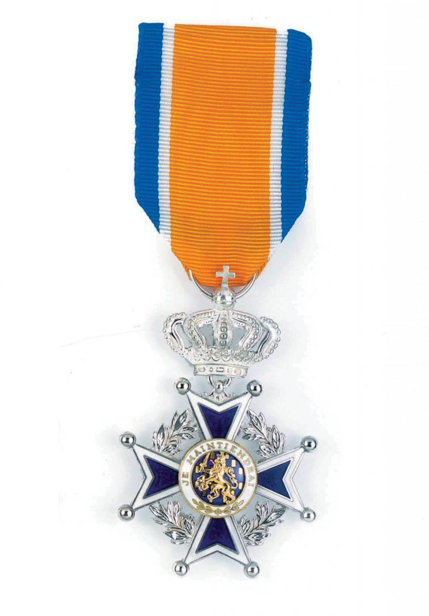 De versierselen die horen bij de Koninklijke Onderscheiding Ridder in de Orde van Oranje Nassau.
