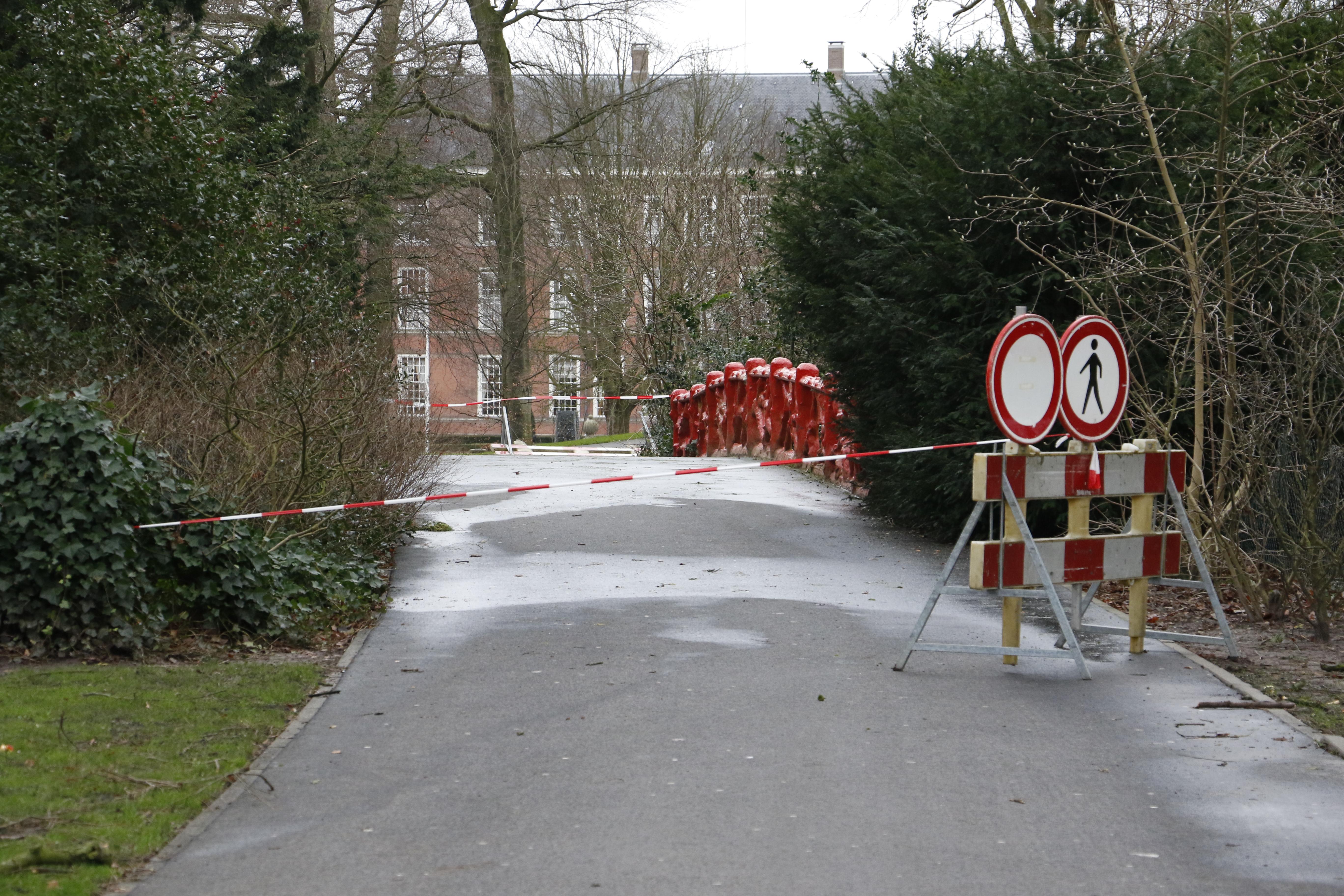 Een groot stuk van een boom waaide los en richtte schade aan, daardoor is de brug tijdelijk afgezet.