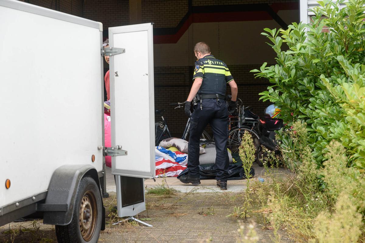 De politie heeft dinsdagmiddag een kraakpand ontruimd aan het Spinveld.