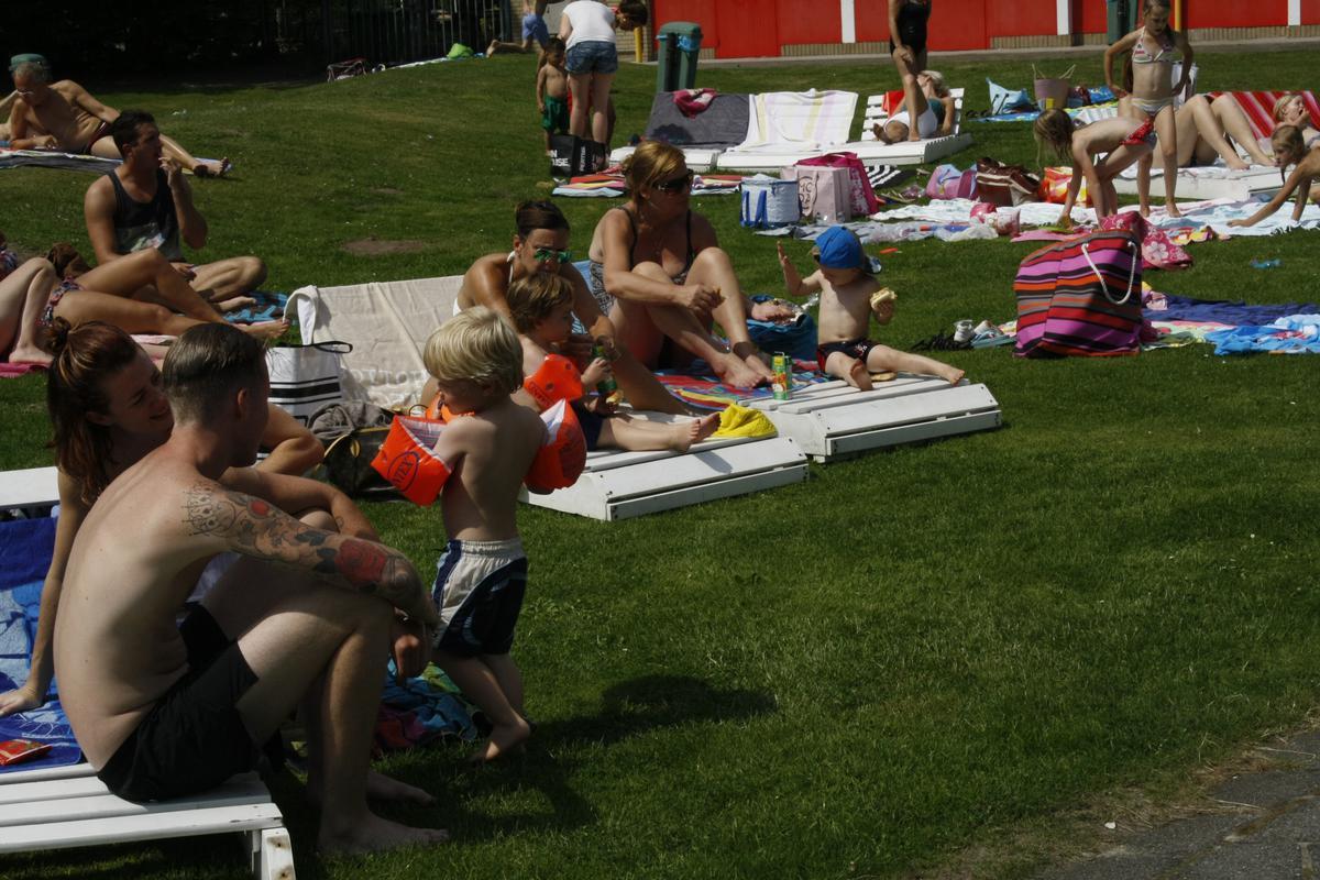 Het was 's ochtends al goed druk bij zwembad Wolfslaar foto Freek de Swart