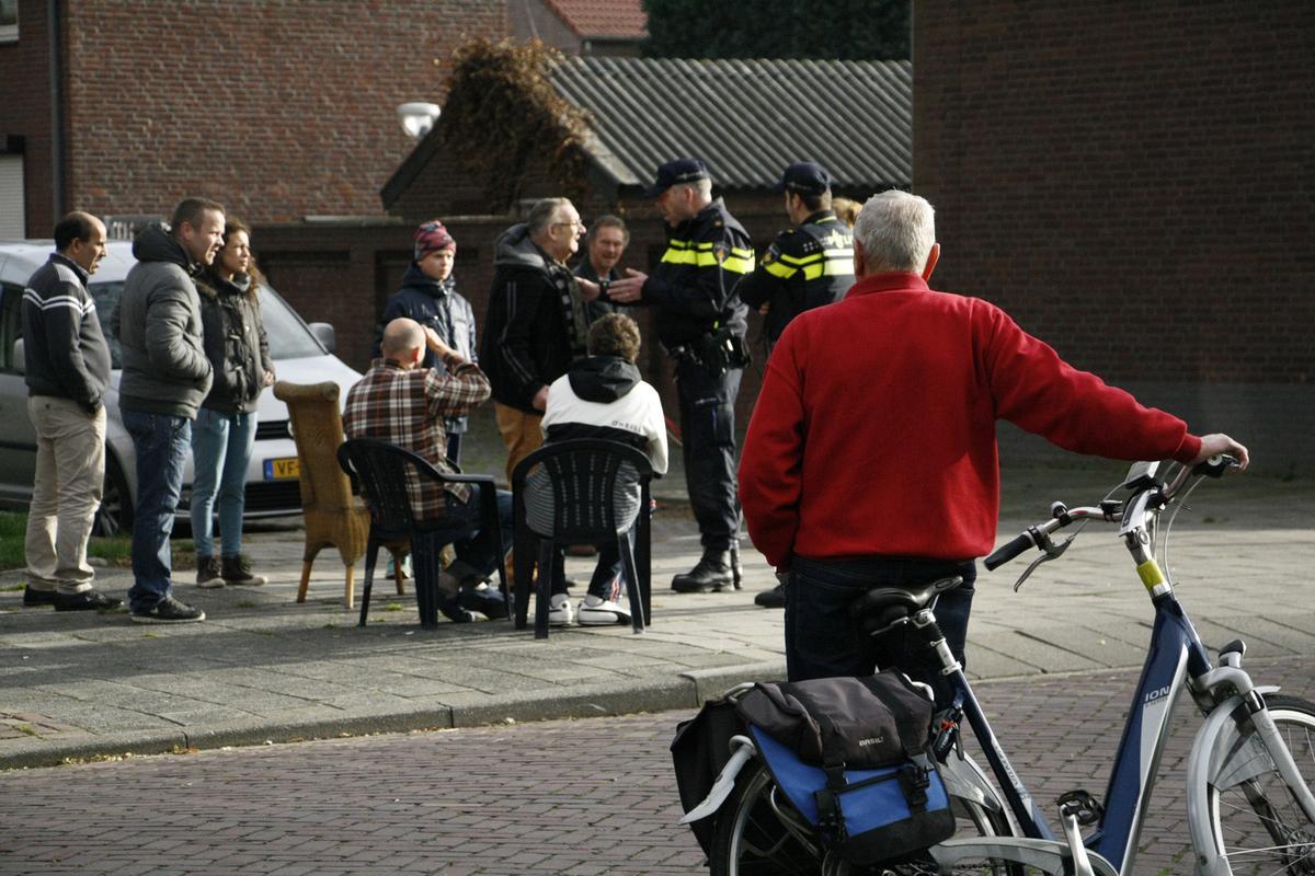 In de straat is de gewelddadige aanslag op een 63-jarige Bredanaar het gesprek van de dag. Burgemeester Paul Depla kwam met buurtbewoners praten.
