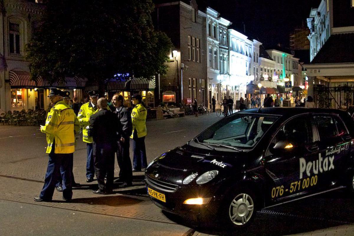 Politie en taxibranche in actie tegen de illegale taxi's bij de Hoge Brug in Breda. foto Peter Visser