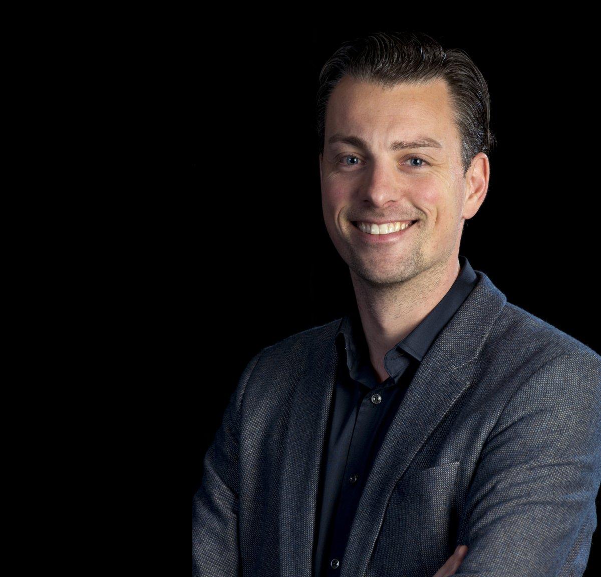 Arend Hardorff gaat van NHTV naar de Hotelschool in Den Haag. Daar wordt hij lid van het College van Bestuur.