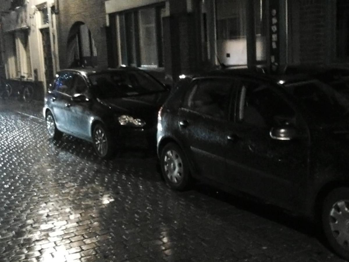 Arrestatieteam in actie in de Visserstraat in Breda. foto Pepijn Nagtzaam