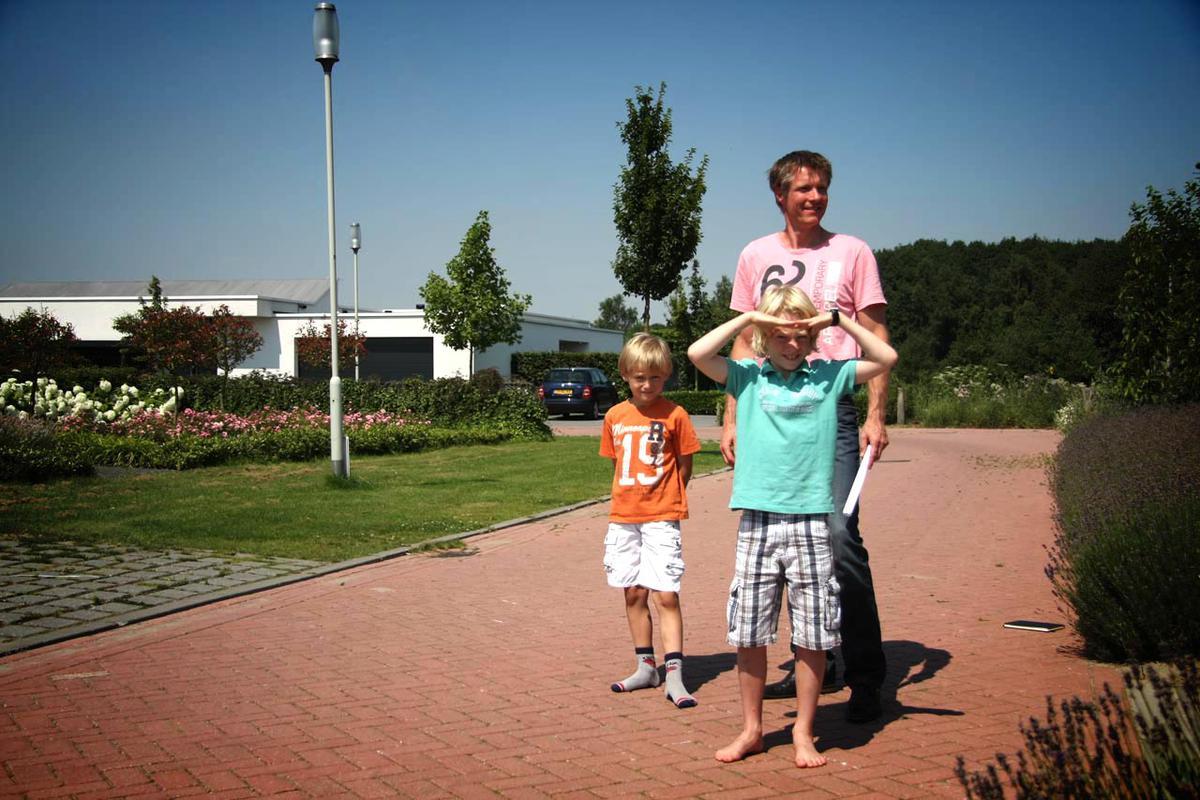 Vader Patrick met zijn zoons in de Asterd. foto Erik Eggens