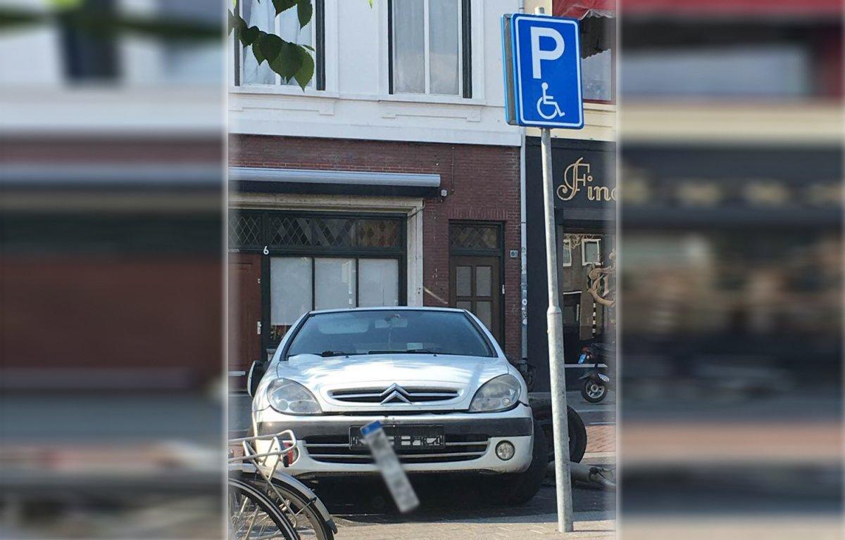 Auto zonder achteras staat na bizar ongeval al bijna week op invalideparkeerplaats