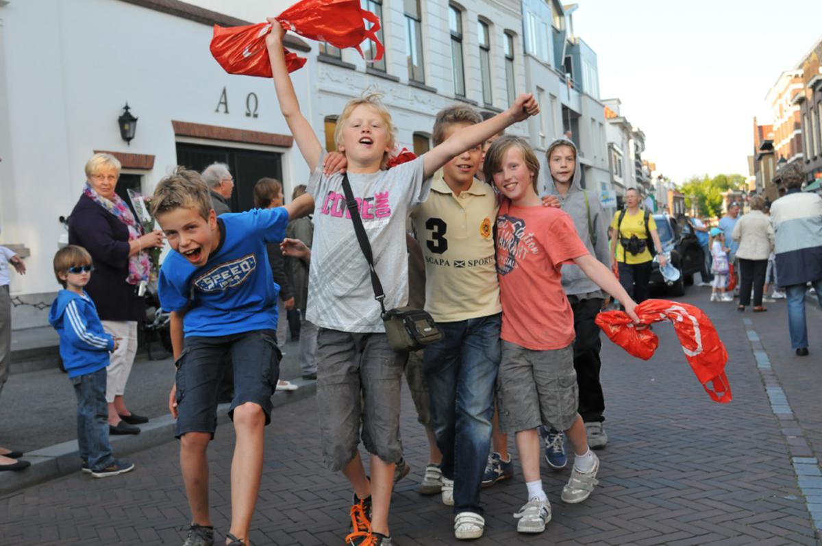 Honderden Bredanaars trokken deze week stevige schoenen aan om aan de jaarlijkse avondvierdaagse mee te lopen foto Perry Roovers
