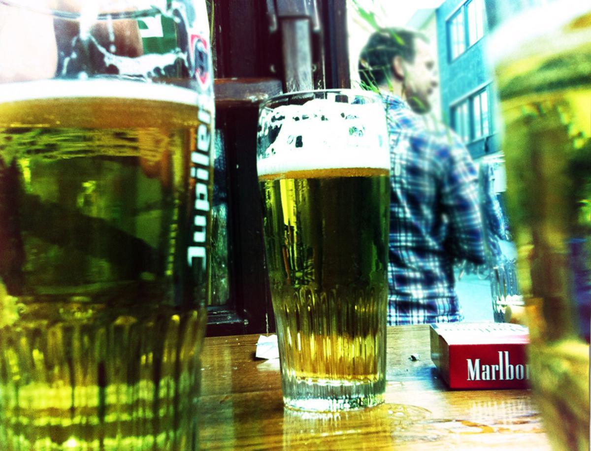 Biertjes op het terras. foto Wijnand Nijs