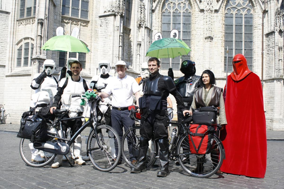 Star Wars op de Grote Markt. Twee Biker Scouts fietsen voor het goede doel. foto Wijnand Nijs