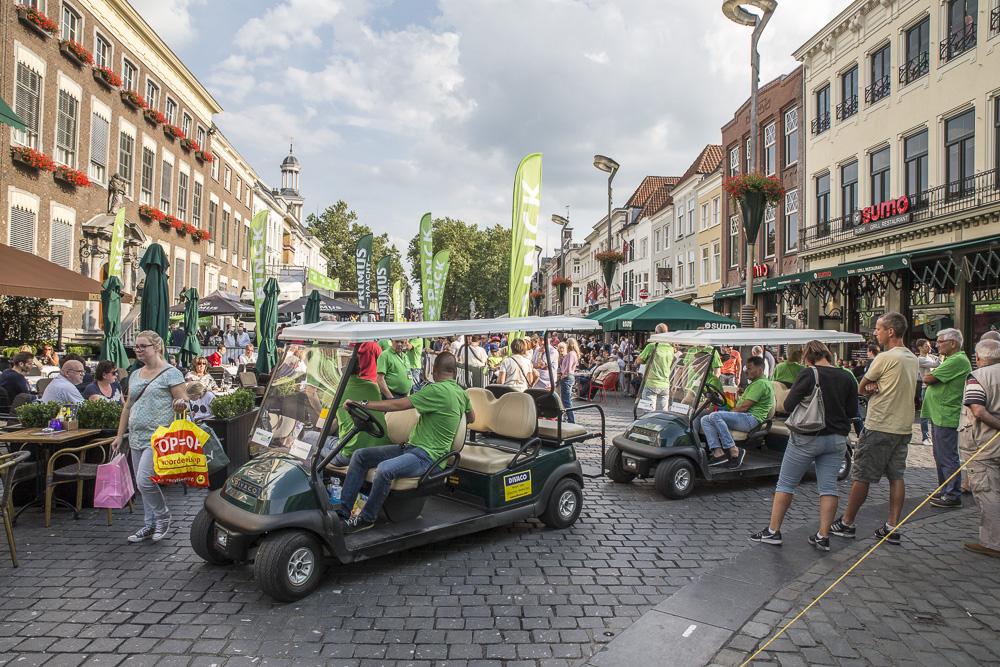 De renners die maandag starten in de BinckBank Tour presenteren zich aan het publiek op de Grote Markt.
