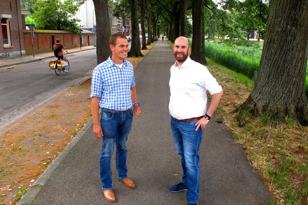 De gemeente gaat de komende 40 jaar (!) de binnensingels omvormen naar een stadspark door naast de bomenrij een wandelpad en een tweede bomenrij aan te leggen. Bomenman Anton Lips en wethouder Boaz Adank bij de Mauritssingel.