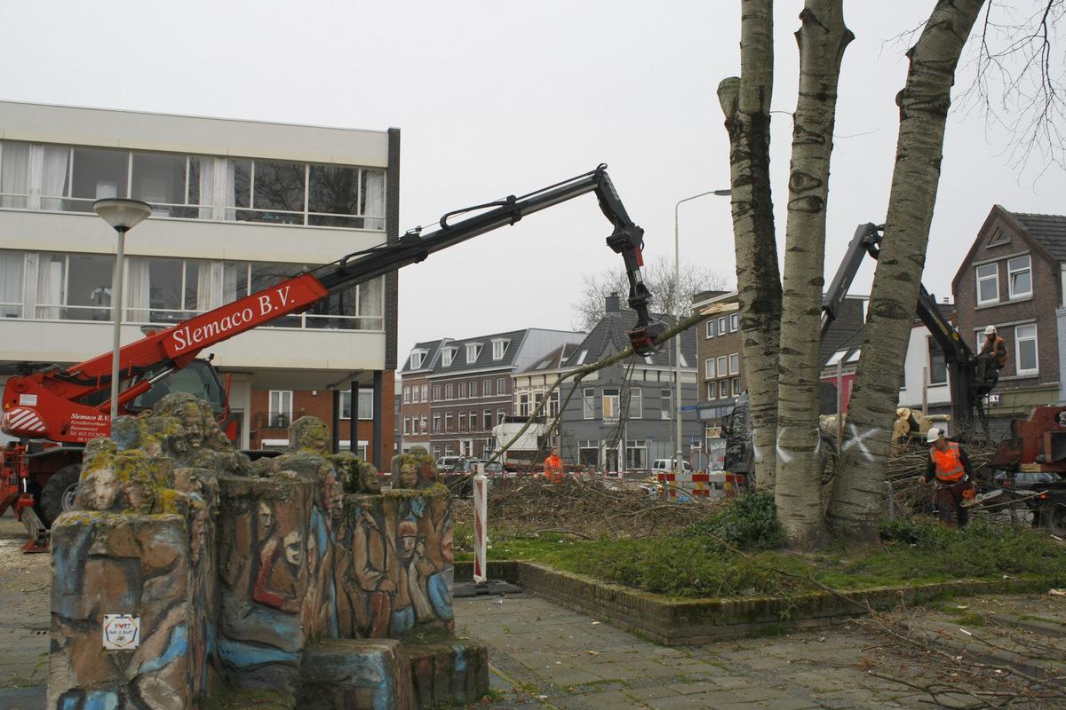 Bomen worden gekapt als voorbereiding op de herinrichting van het Dr. Jan Ingenhouszplein. foto Debra van der Heide
