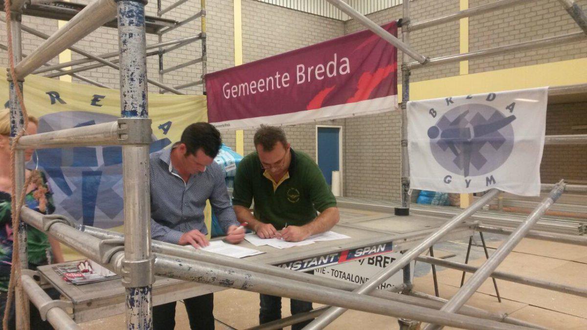 De ondertekening van het huurcontract door Pieter Delacourt en wethouder Bernie van den Berg