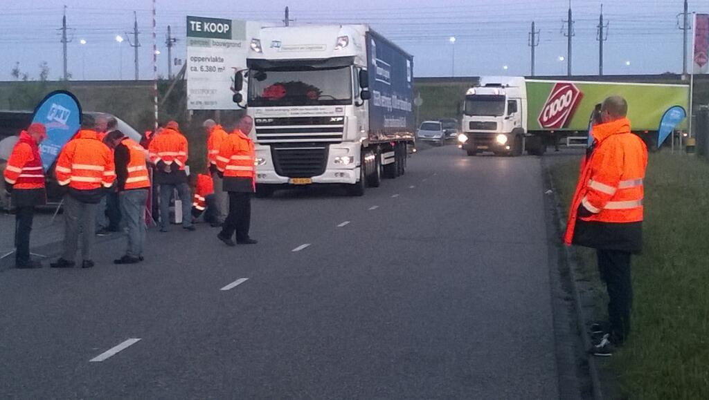 Vrachtwagenchauffeurs voeren actie tegen 0% loonsverhoging. foto Henri Janssen